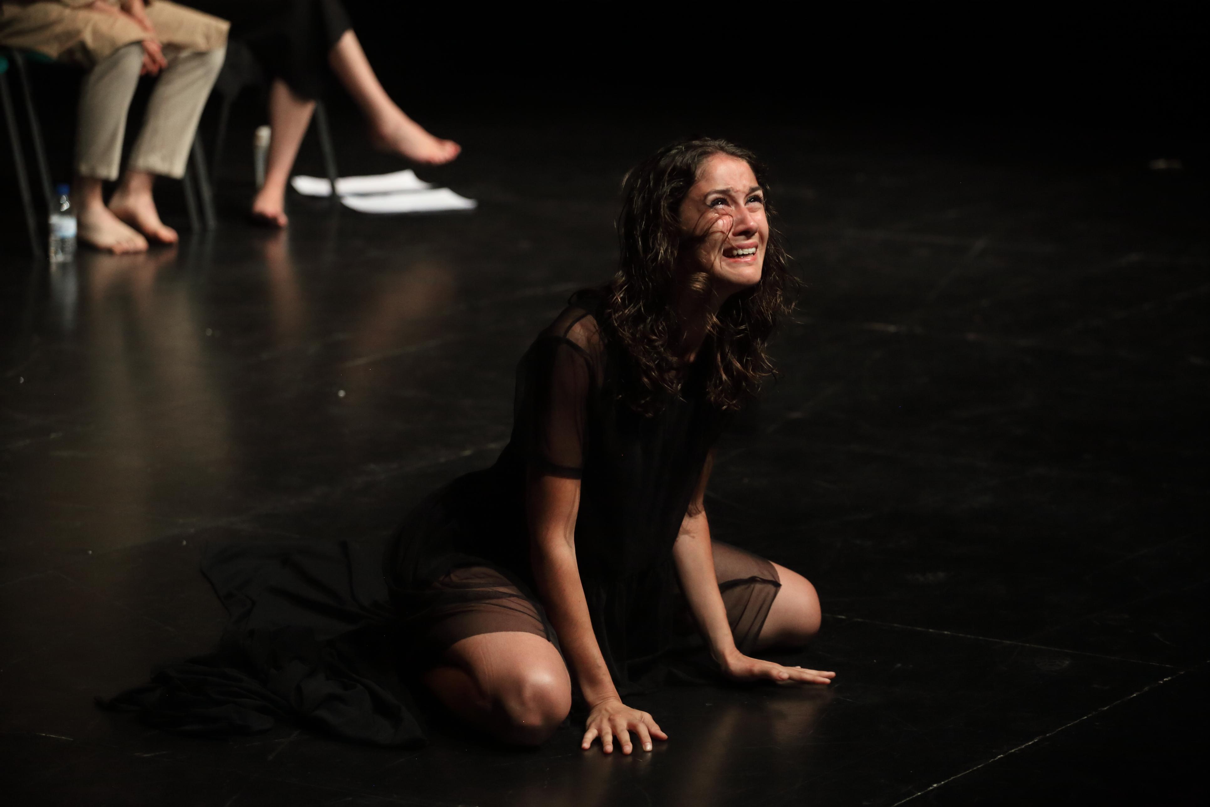"""Escena de l'obra """"Antígona"""". Aula de teatre de la Universitat Pompeu Fabra"""